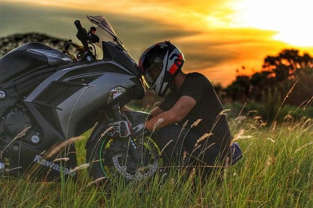 llevar guantes en moto